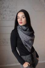 тонкий широкий легкий шарф с узором ПЕЙСЛИ ДОТ Серый и серебристый и эффектом ПЕРЕЛИВ ЦВЕТА, 100% шерсть мериноса  PAISLEY DOT GREY плотность 3